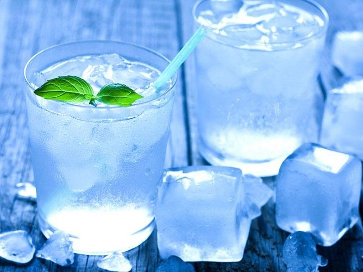 Uống nước đá có gây viêm họng không là thắc mắc của nhiều người