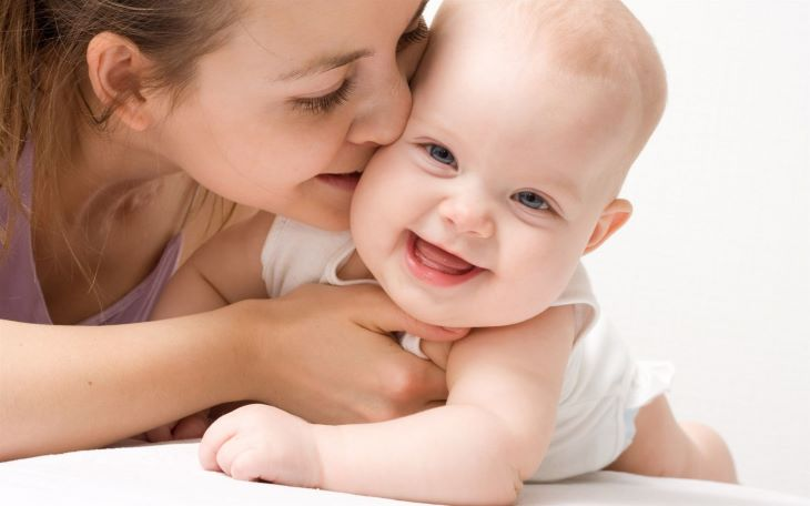 Bố mẹ nên hạn chế hôn, thơm con nhỏ nếu đã được xác định dương tính với vi khuẩn HP