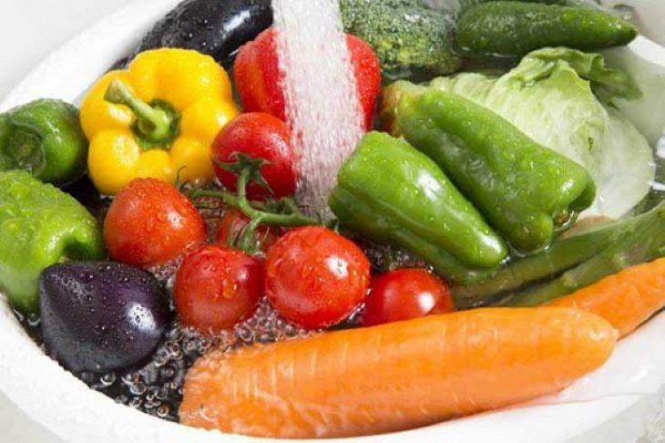 Ngâm rửa rau với nước muối trước khi chế biến để làm sạch vi khuẩn và bụi bẩn