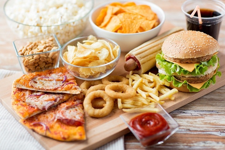 Người bị viêm amidan hốc mủ nên tránh ăn đồ chua cay và nhiều dầu mỡ
