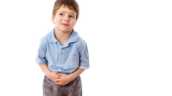 Trẻ bị viêm đại tràng thường bị đau bụng, tiêu chảy