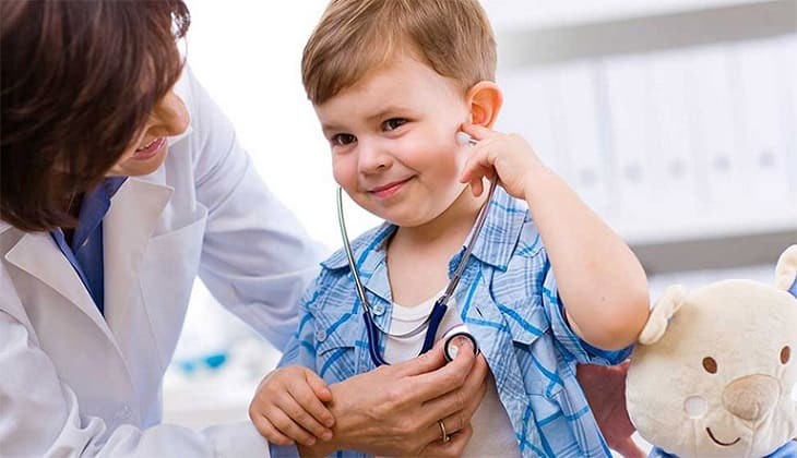 Trẻ cần được đưa đến cơ sở y tế để được bác sĩ khám và chẩn đoán bệnh