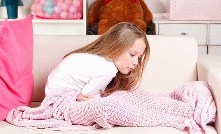 Trẻ nhỏ bị bệnh đại tràng sẽ có những triệu chứng đau dữ đội, chậm phát triển...