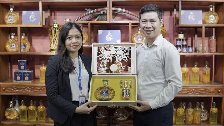 Trung tâm Vietfarm cung cấp 300 set quà tặng nhân dịp kỷ niệm 10 năm thành lập Tập đoàn Y dược Vietmec