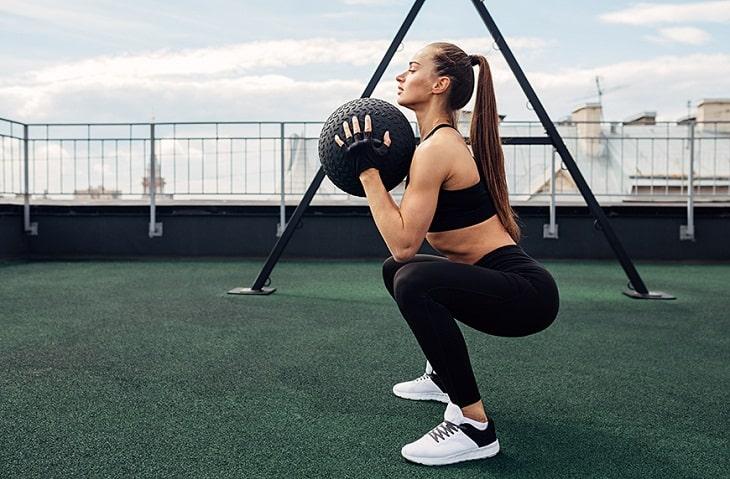 Squat là bài tập giảm mỡ bụng hiệu quả có tác dụng tăng kích thước vòng ba