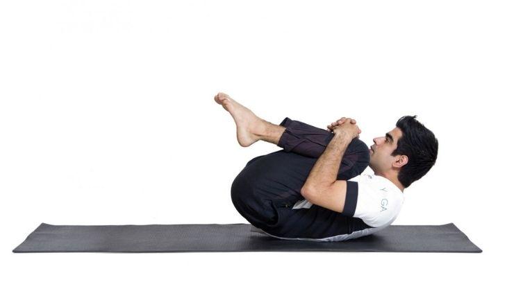 Tư thế lăn lưng giúp kéo giãn cột sống