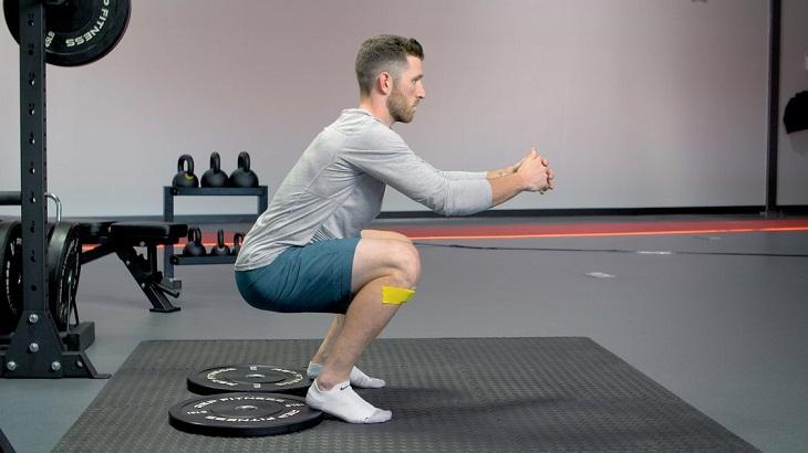 Bài tập giảm mỡ bụng cho nam - Squat kết hợp dụng cụ