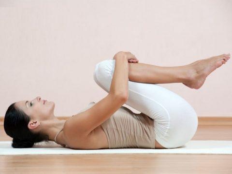 Bài tập giảm mỡ bụng trên giường với động tác co gối gập bụng phù hợp với mọi đối tượng