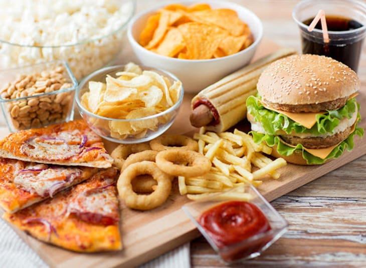 Thoái hóa cột sống nên ăn gì và kiêng ăn gì? Đường, bánh kẹo, nước ngọt là những đồ ăn cần tránh xa hàng đầu