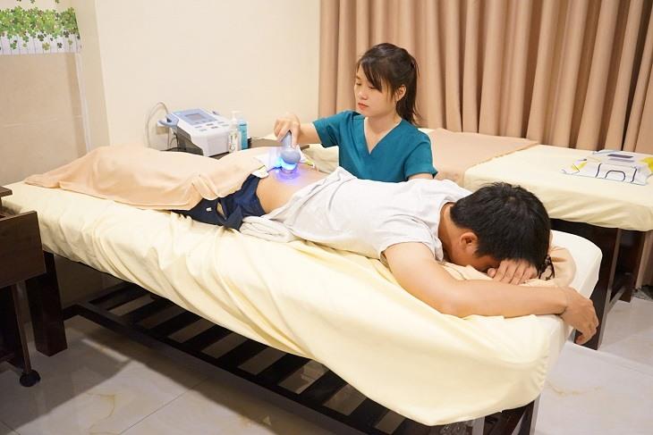 Người nhà có thể sử dụng phương pháp nhiệt trị liệu để hỗ trợ điều trị thoát vị đĩa đệm