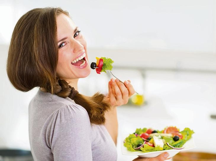 Có chế độ ăn uống, sinh hoạt khoa học để ngăn ngừa mụn trứng cá ở đầu