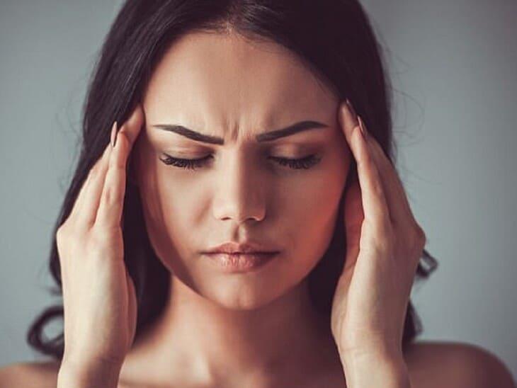 Đau lưng vai gáy có thể dẫn tới những cơn đau buốt nửa đầu và thái dương