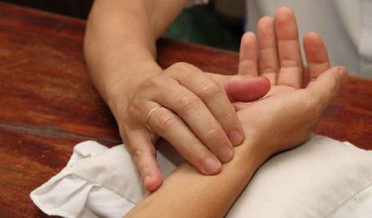 Người bệnh viêm đại tràng nên đến gặp thầy thuốc để được bắt mạch kê đơn
