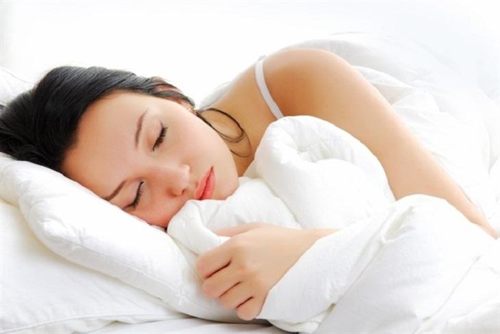 Ngủ đủ giấc và đúng giờ là cách giảm mỡ bụng sau sinh đơn giản nhưng thường bị bỏ qua