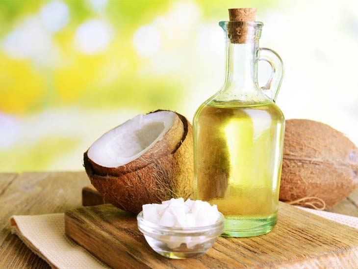 Uống trực tiếp dầu dừa hoặc thoa lên bụng để giảm mỡ sau sinh