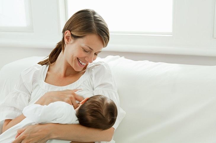 Nuôi con bằng sữa mẹ vừa đảm bảo sự phát triển của bé vừa giúp mẹ bầu giảm mỡ bụng sau sinh