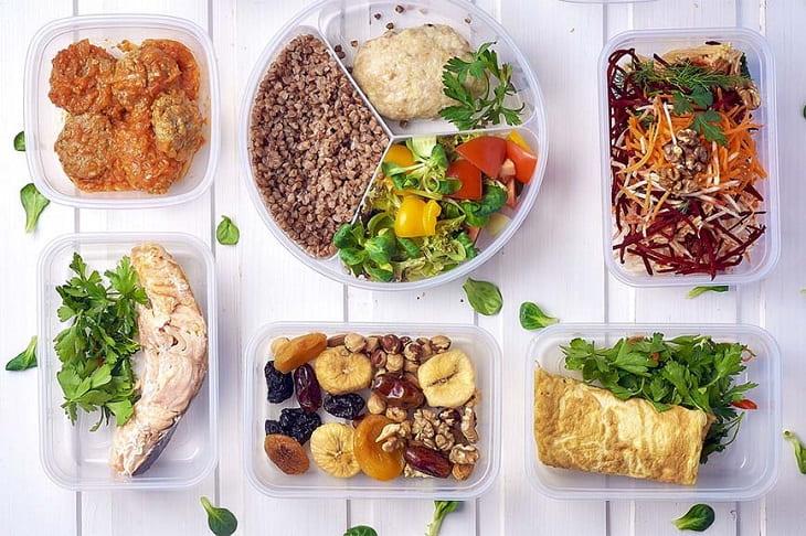 Thực hiện chế độ ăn uống lành mạnh để giảm mỡ bụng trên