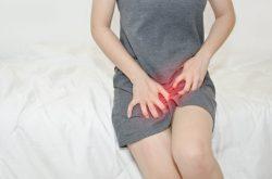 Không cào hoặc gãi mạnh vào vùng kín để tránh trầy xước da gây viêm nhiễm
