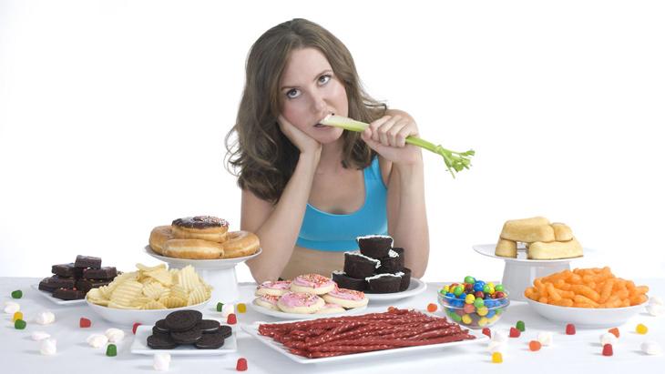 Chế độ ăn uống không khoa học cũng khiến da dễ bị nổi mụn mủ trắng