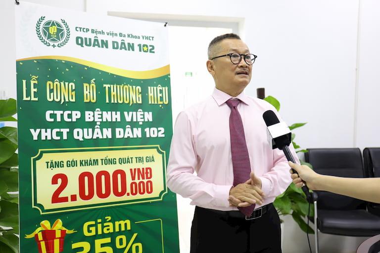 Nghệ sĩ Trần Đức trả lời phỏng vấn tại buổi lễ khai trương thương hiệu Bệnh viện Quân dân 102