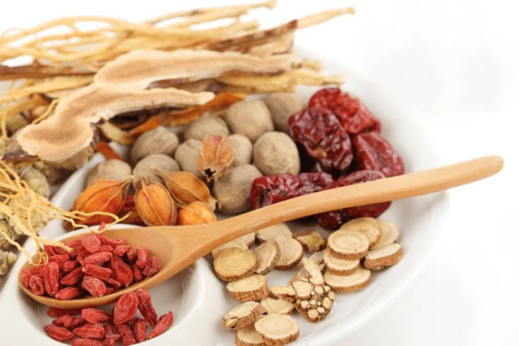 Kết hợp nhiều vị thuốc Đông y để giảm đau nhức