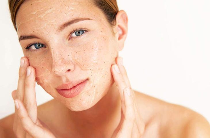 Tẩy da chết giúp ngăn ngừa tình trạng mụn bọc bị chai hiệu quả