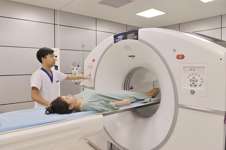 Trước khi tiêm ngoài màng cứng, người bệnh cần được chụp CT để các bác sĩ xác định vị trí cần tiêm