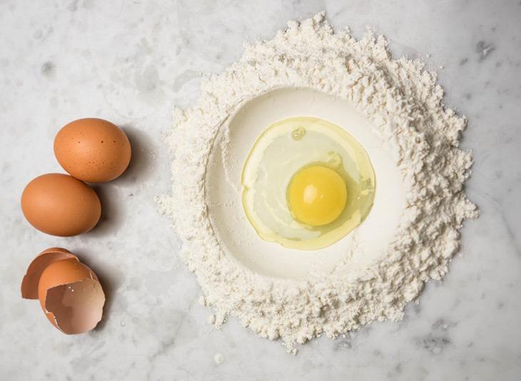Khắc phục da mặt sần sùi nhiều mụn ẩn bằng trứng gà và bột cám gạo