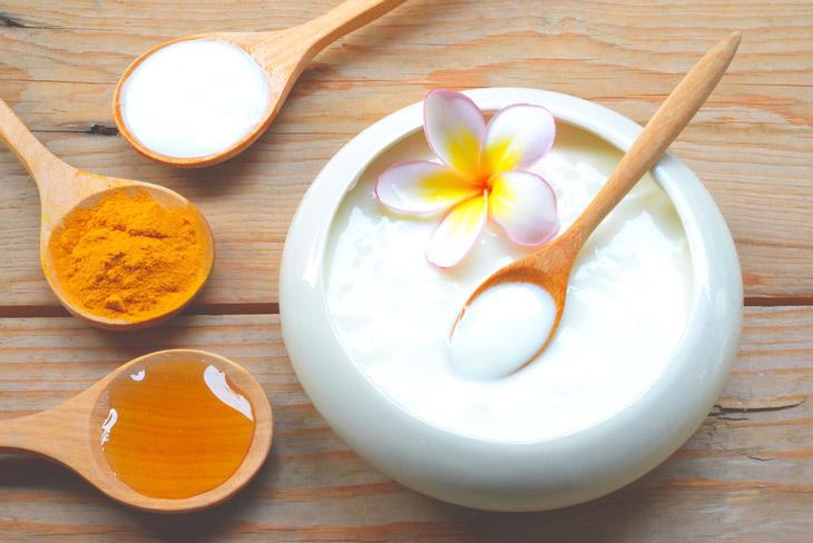 Kết hợp nghệ, mật ong và sữa tươi để trị mụn ẩn trên da