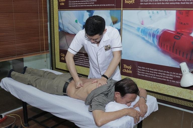 Bác sĩ Trần Hải Long thực hiện bấm huyệt chữa thoát vị đĩa đệm cho nghệ sĩ Văn Báu