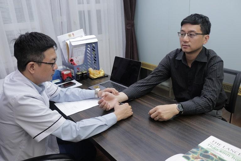 Anh Thái được lương y Đỗ Minh Tuấn khám, điều trị gout