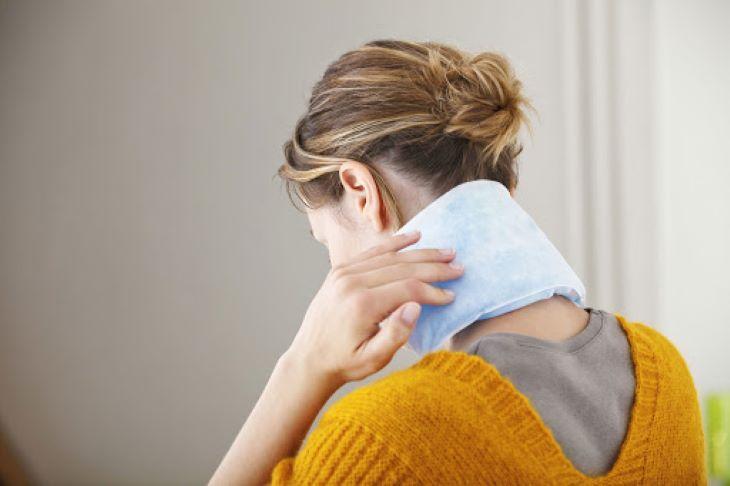 Chườm ấm hoặc chườm lạnh để giúp cột sống cổ bớt đau hơn