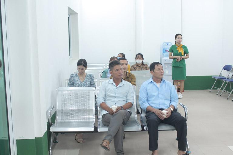 Các bệnh nhân chờ khám tại Quân Dân 102
