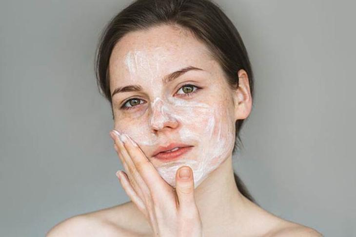 Vệ sinh da mặt sạch sẽ trước khi tiến hành đẩy mụn ẩn trên da