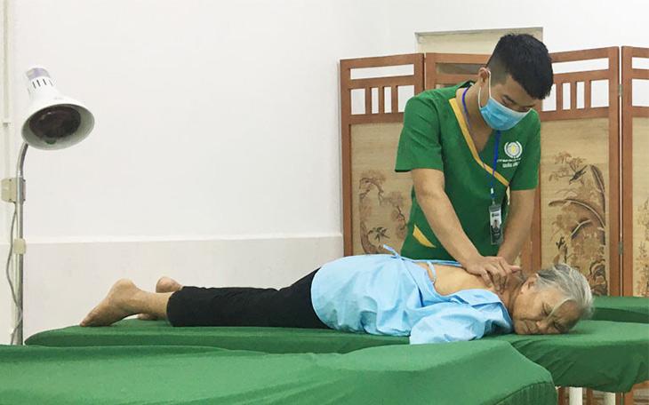 Người bệnh xương khớp thực hành vật lý trị liệu tại bệnh viện