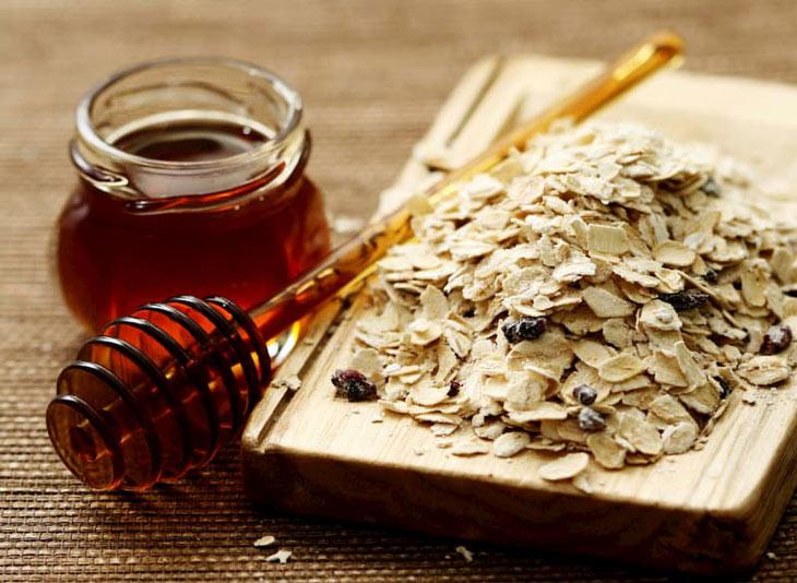 Đẩy mụn ẩn an toàn tại nhà với yến mạch và mật ong