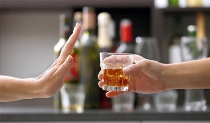 Hạn chế uống rượu bia để ngăn ngừa mụn nội tiết ở nam giới