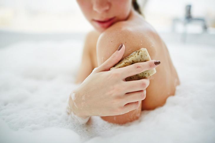 Nên tẩy da chết định kỳ để giúp cơ thể luôn sạch sẽ, da khỏe mạnh