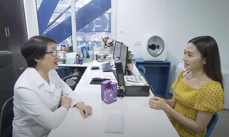 Chị Hương tới khám và điều trị nám tại Trung tâm Da liễu Đông y Việt Nam cùng với bác sĩ Nguyễn Thị Nhuần
