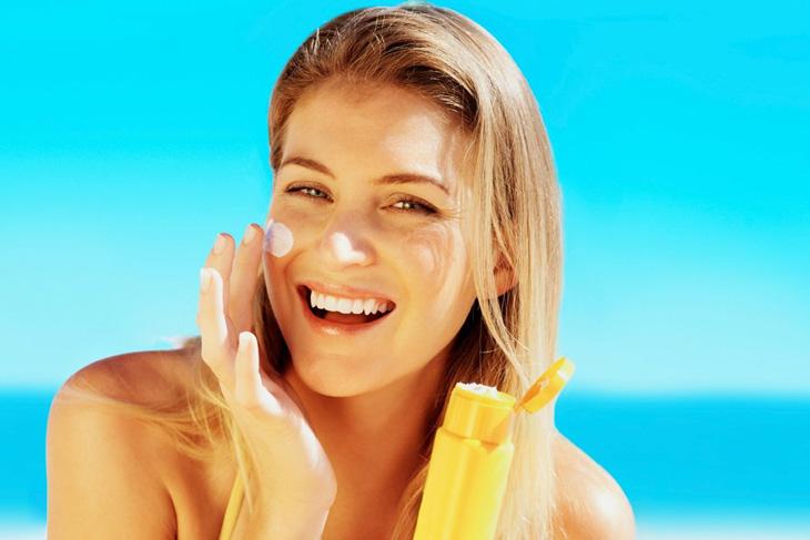 Sử dụng kem chống nắng để bảo vệ da mỗi khi ra ngoài