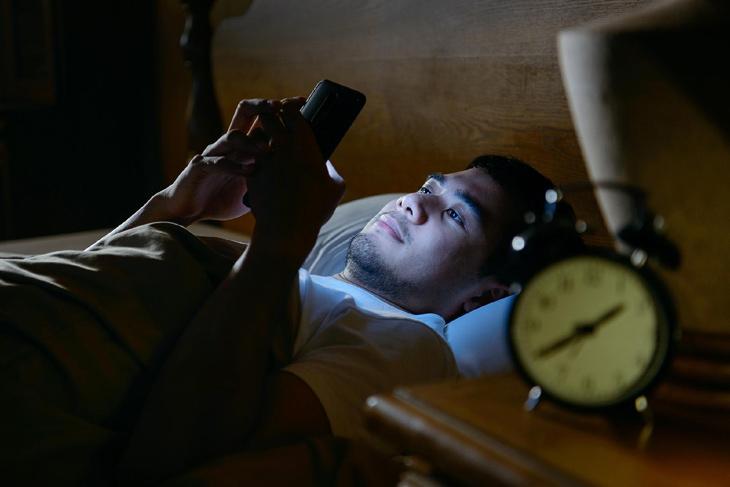 Thường xuyên thức khuya là thói quen dễ gây mụn nội tiết nam