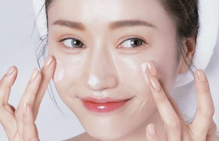 Dùng kem dưỡng ẩm giúp giảm triệu chứng mẩn ngứa, dị ứng