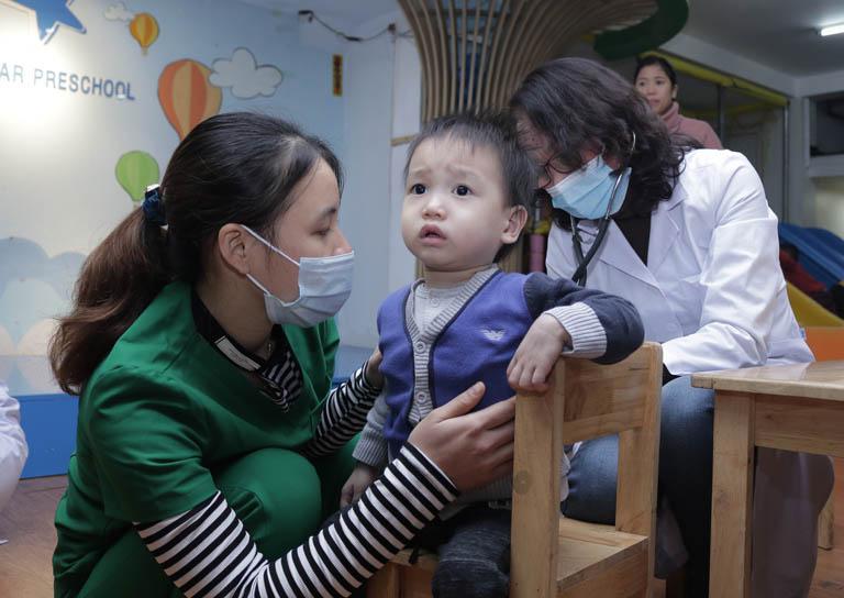 Bác sĩ Lê Phương có hơn 40 năm kinh nghiệm thăm khám, điều trị bệnh cho trẻ nhỏ