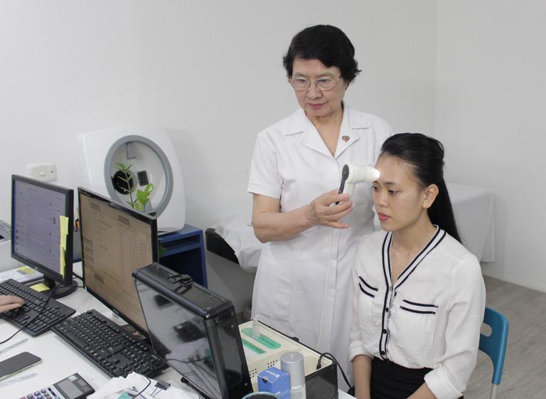 Chị Trang thăm khám da tại Viện Da liễu Hà Nội - Sài Gòn