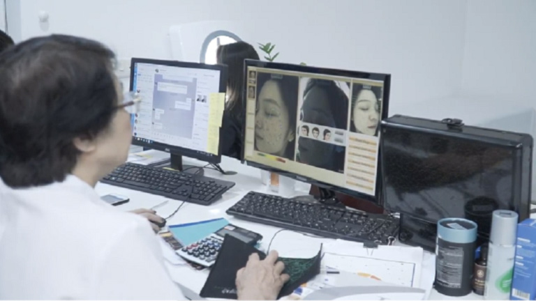 Hình ảnh bác sĩ Nhuần phân tích tình trạng mụn trên da mặt bạn Linh