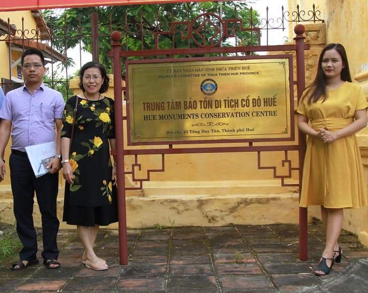 Bác sĩ Vân Anh cùng đồng nghiệp của mình trong chuyến công tác tại Huế để tìm hiểu nghiên cứu bài thuốc Uy Long Đại Bổ