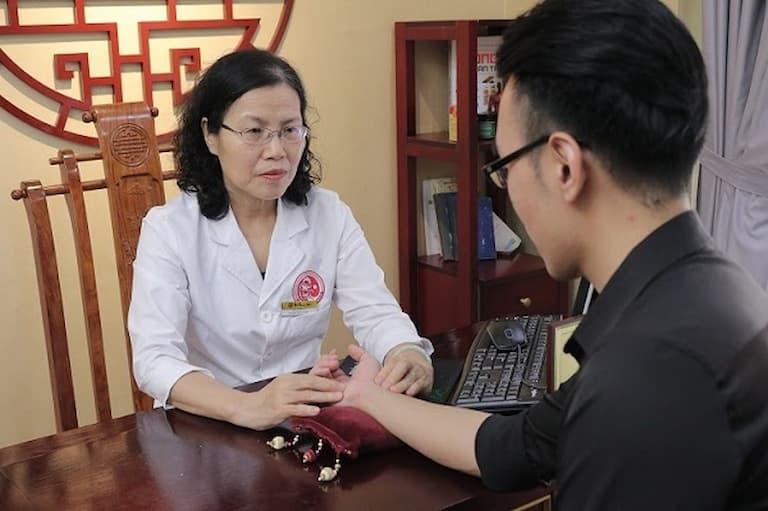 Bệnh nhân đang được thăm khám tại Nhất Nam Y Viện