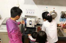 Sau khi lắp máy, đội ngũ kỹ sư của Vua Điện Giải sẽ hướng dẫn khách hàng cách sử dụng