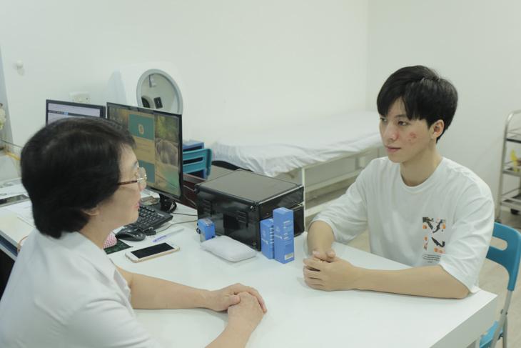 Bác sĩ Nhuần tư vấn cho Hiếu về cách dùng Hoàn Nguyên cũng như cách chăm sóc da tại nhà